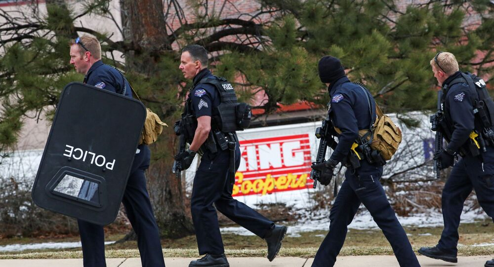 الشرطة تقف خارج متجر في بولدر بولاية كولورادو الأمريكية بعد إطلاق نار خلف 6 قتلى