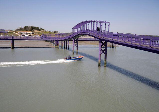 الجسر البنفسجي (جسر الملاك) الذي يربط جزيرتي بانفول وباركجي في محافظة تشلا الجنوبية في كوريا الجنوبية، 6 أبريل 2021