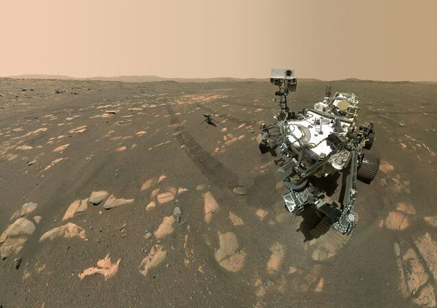 المركبة المتجولة بيرسيفرانس مارس، التابعة لوكالة الفضاء الدولية ناسا، تلتقط صورة سيلفي مع أول طائرة حوامة إنجينيويتي على سطح المريخ، أبريل 2021