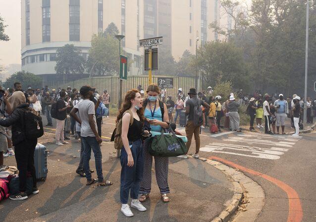 اخلاء واسع النطاق في أنحاء منطقة جبل تيبل بسبب الحريق الهائل في كيب تاون، جنوب أفريقيا 19 أبريل2021
