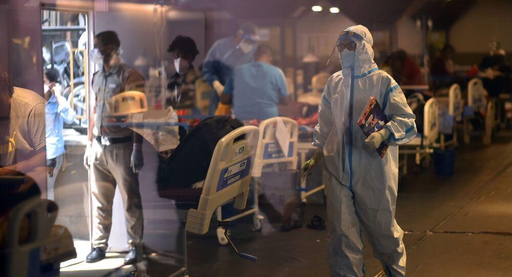 كارثة إنسانية كبرى - تسجيل أرقام قياسية لحالات الإصابة بمرض كوفيد-19، الطاقم الطبي لمعالجة مرضى كورونا بمشفى في نيودلهي، الهند 28 أبريل 2021