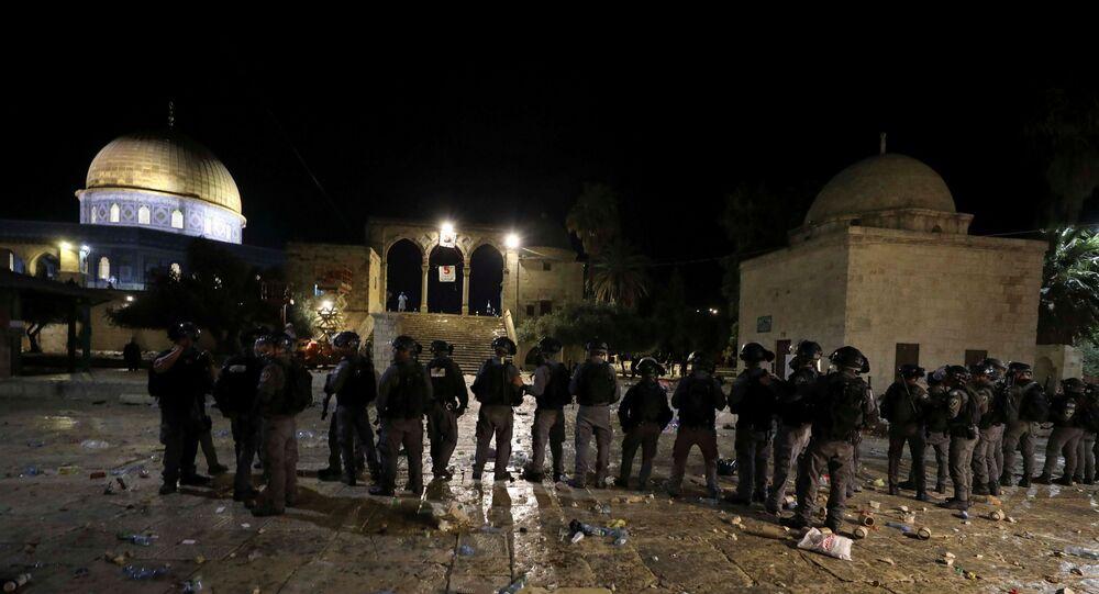الشرطة الإسرائيلية تتجمع خلال مواجهات مع الفلسطينيين في المسجد الأقصى، وسط توتر بشأن احتمال إخلاء عدة عائلات فلسطينية من منازل على أراض يطالب بها المستوطنون اليهود في حي الشيخ جراح في القدس القديمة، 7 مايو/ أيار 2021