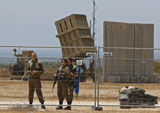 القبة الحديدية تتلقى صواريخ المقاومة الفلسطينية من قطاع غزة باتجاه أراضي غلاف غزة، فلسطين 11 مايو 2021