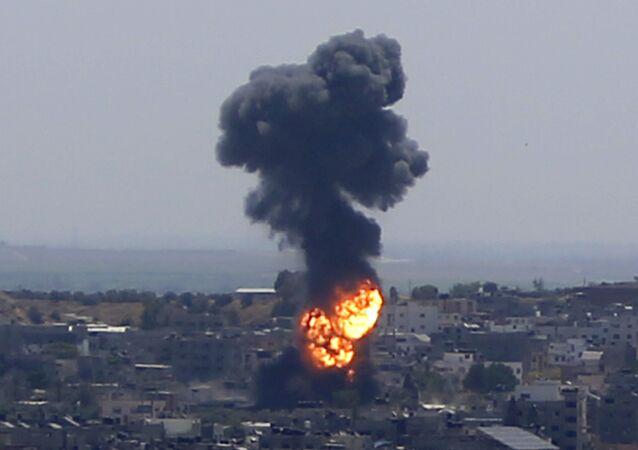 تجدد قصف الطيران الحربي على مناطق متفرقة في مدينة غزة، قطاع غزة، فلسطين، 13 مايو 2021