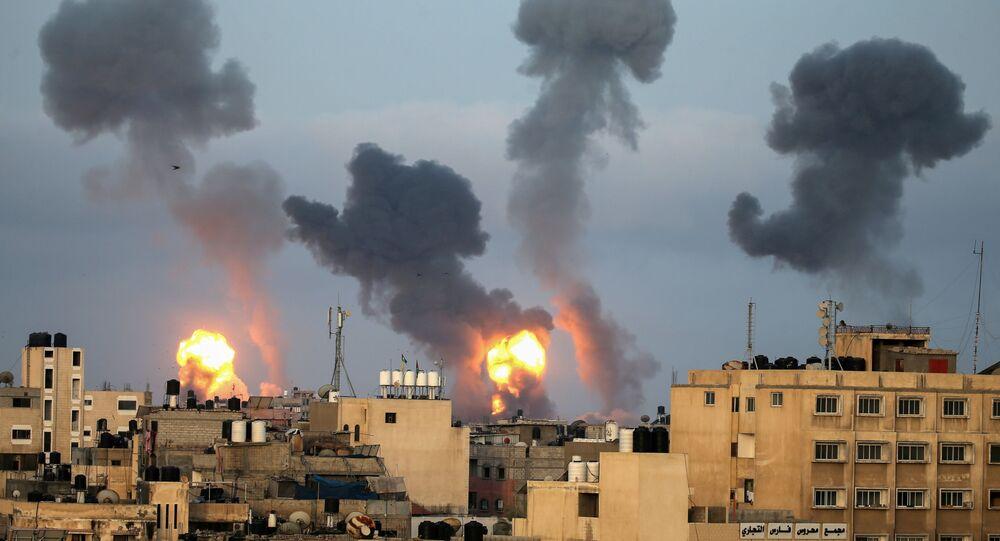 ألسنة اللهب والدخان تتصاعد خلال الغارات الجوية الإسرائيلية وسط تصاعد العنف الإسرائيلي الفلسطيني في جنوب قطاع غزة، 11 مايو/ أيار 2021