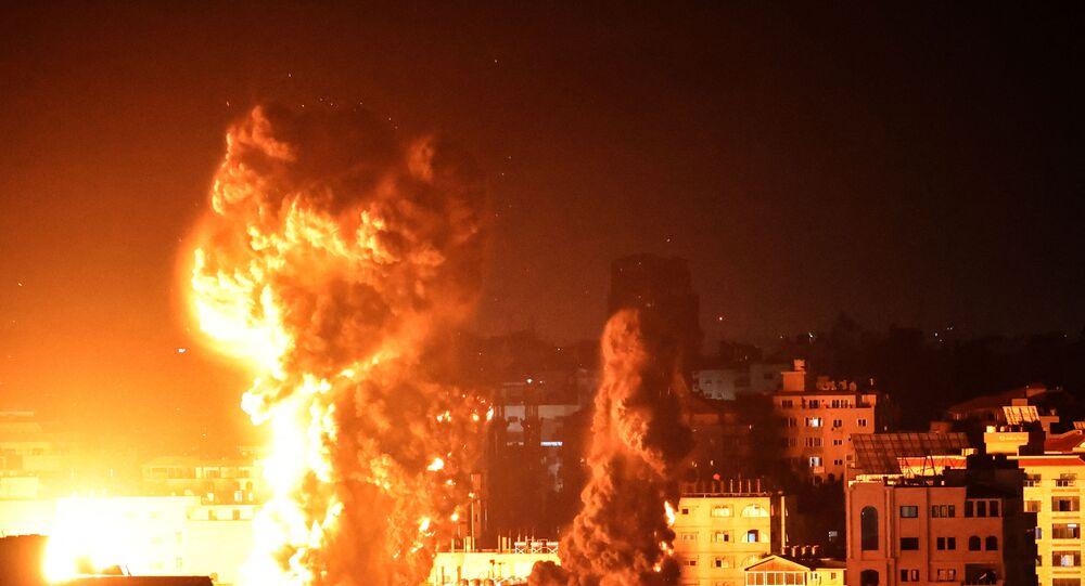 إسرائيل تشن غارات عنيفة على قطاع غزة وانقطاع التيار الكهربائي جراء القصف.. صور