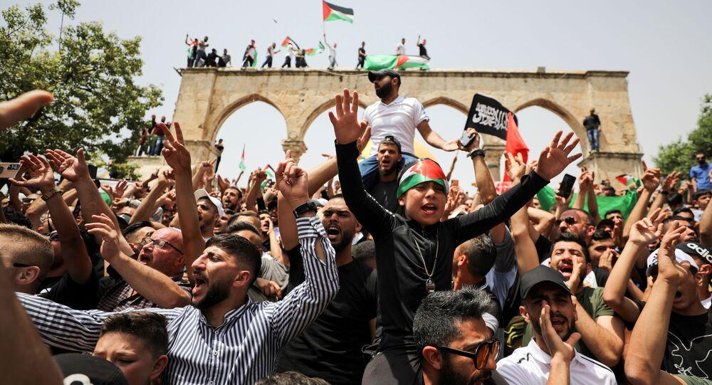 الفلسطينيون في باحات المسجد الأقصى عقب صلاة الجمعة، القدس 21 مايو 2021
