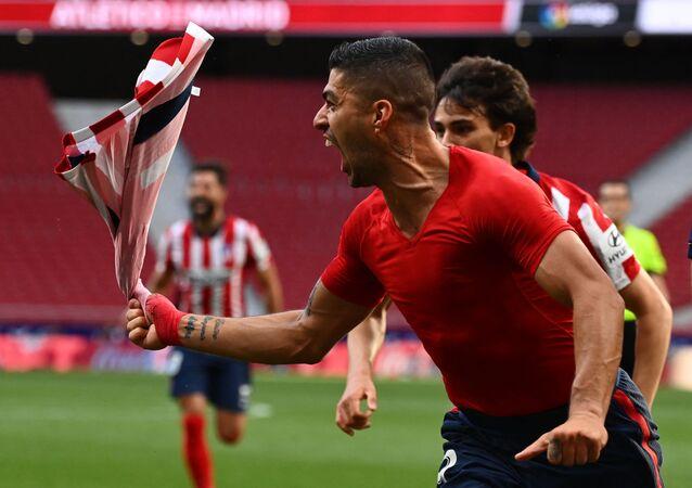 لويس سواريز يحتفل بتسجيله هدف
