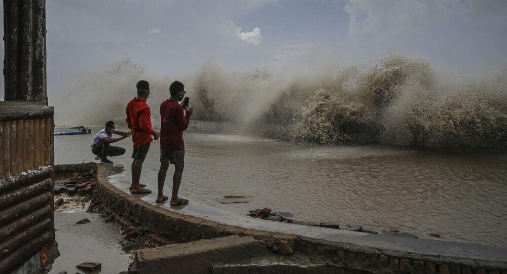 أهالي سكان كلكتا يلتقطون صوراً لأمواج تضرب الشاطئ عقب إعصار ياس الذي ضرب الساحل الشرقي للهند في خليج بنغال في ديغا، الهند 27 مايو 2021