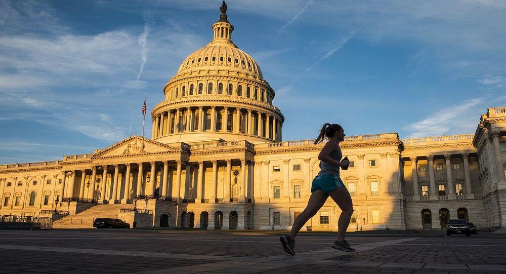فتاة تمارس الرياض لحظة شروق الشمس أمام مبنى الكابيتول بالولايات المتحدة الأمريكية