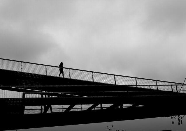 إمرأة على جسر