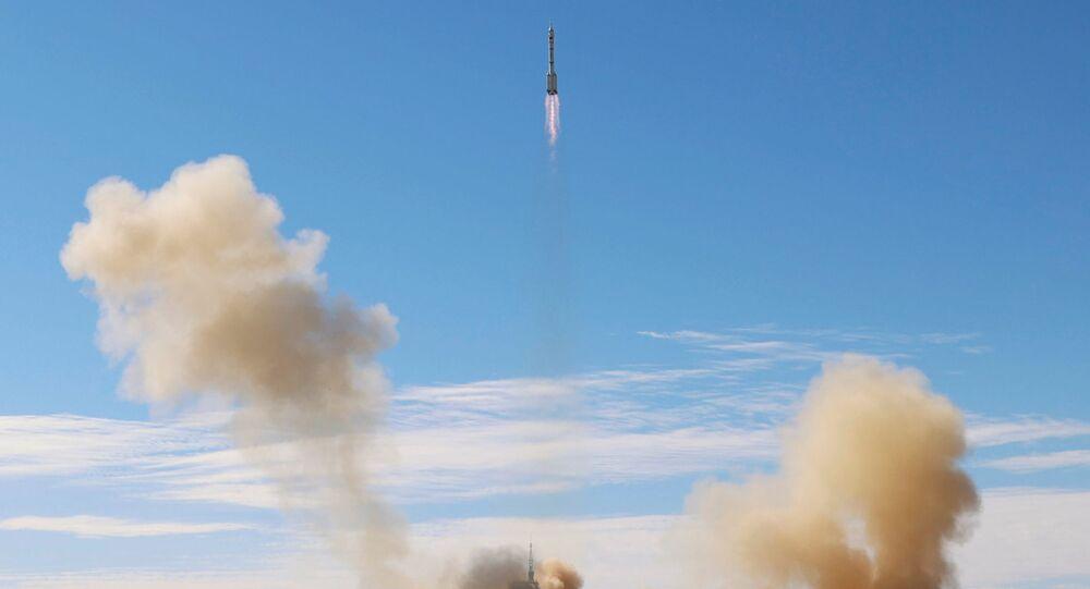 ينطلق صاروخ لونغ مارتش-2 اف  واي 12، الذي يحمل مركبة الفضاء شينجو-12 وثلاثة رواد فضاء، من مركز جيوكوان لإطلاق الأقمار الصناعية لأول مهمة مأهولة في الصين لبناء محطتها الفضائية ، بالقرب من جيوكوان، مقاطعة غانسو، الصين  17 يونيو 2021