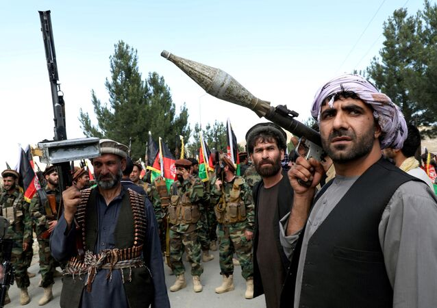 مسلحون موالون لقوات الأمن الأفغانية يقاتلون ضد طالبان في كابول