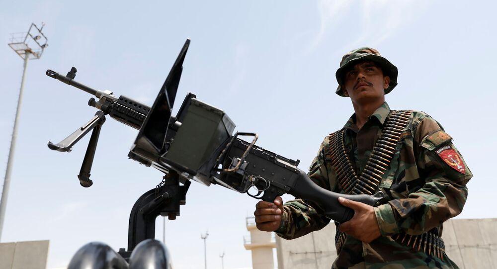 جندي تابع لقوات الأمن الأفغانية على متن مركبة عسكرية بمدينة باغرام في أفغانستان إثر انسحاب القوات الأمريكية منها.