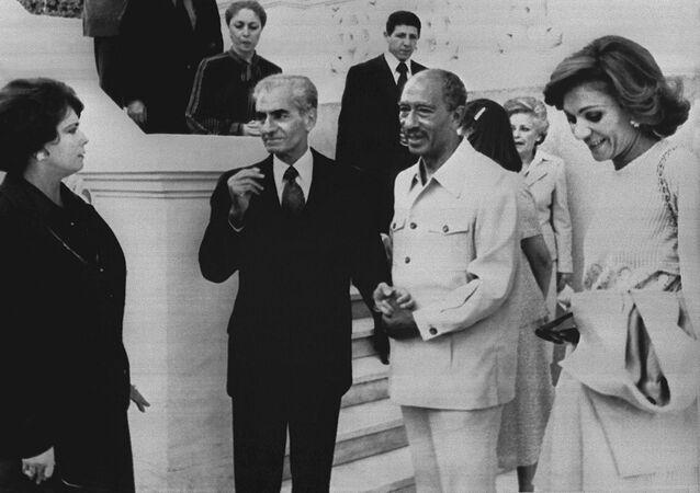 أنور السادات، وقرينته جيهان السادات مع شاه إيران علي رضا بهلوي وزوجته فرح