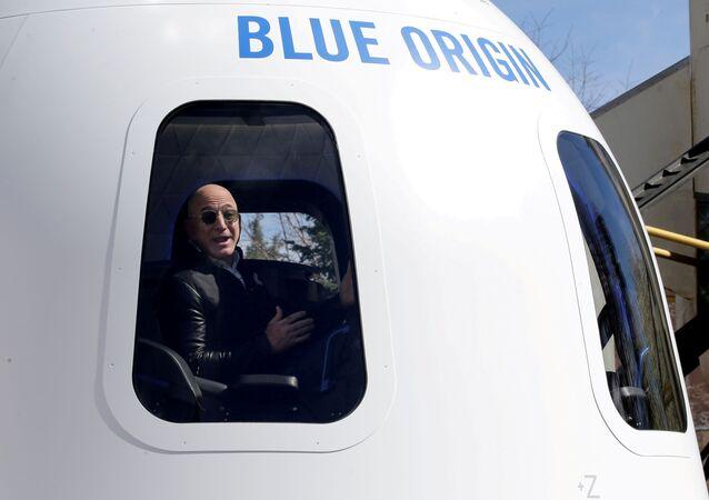 الملياردير الأمريكي، جيف بيزوس، داخل مركبته التي يستعد للانطلاق بها إلى الفضاء