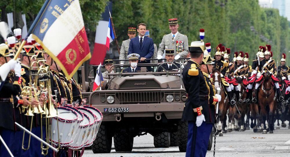 الرئيس الفرنسي إيمانويل ماكرون، ورئيس أركان الجيوش الفرنسية الجنرال فرانسوا لوكوانتر، يتفقدان القوات قبل بدء خلال العرض العسكري السنوي بمناسبة يوم الباستيل في شارع الشانزليزيه في باريس، فرنسا، 14 يوليو 2021