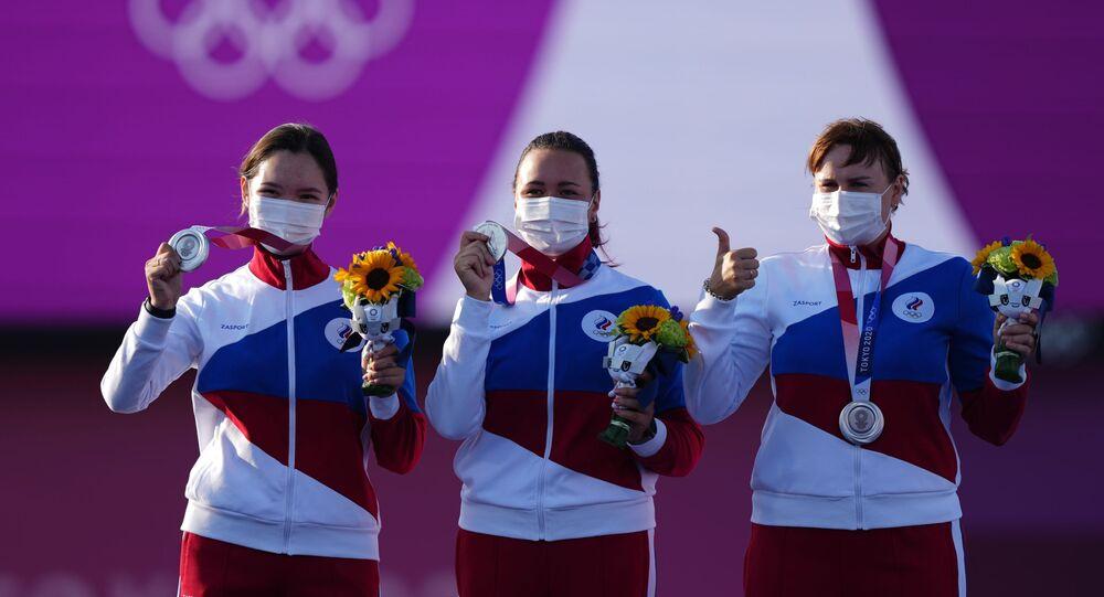 الميداليات الفضية للفريق الروسي لرمي السهم لـ كسينيا بيروفا وإيلينا أوسيبوفا وسفيتلانا غومبويفا - أولمبياد طوكيو