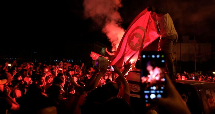 أنصار الرئيس التونسي قيس سعيد يتجمعون في الشوارع بعد إقالة الحكومة وتجميد البرلمان في تونس العاصمة.