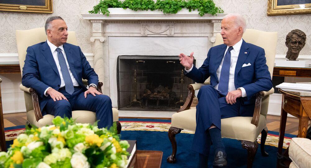 رئيس الوزراء العراقي مصطفى الكاظمي خلال لقائه الرئيس الأمريكي جو بايدن في البيت الأبيض
