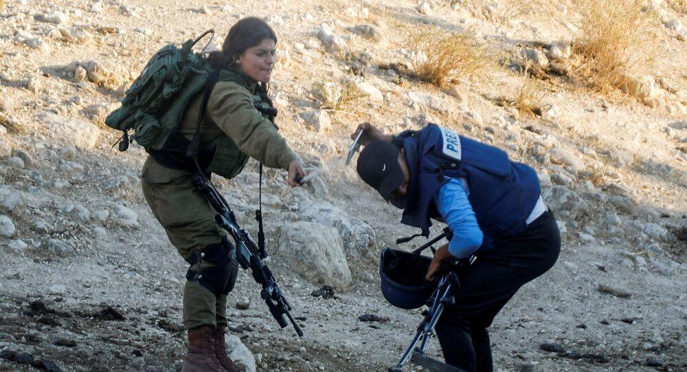 جندية إسرائيلية تقوم برش رذاذ الفلفل باتجاه صحفي خلال تغطيتها لمظاهرة ضد إقامة المستوطنات الإسرائيلية بالقرب من طوباس في الضفة الغربية المحتلة ، 27 يوليو 2021