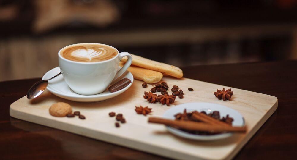 قهوة مع بعض القرفة والتوابل