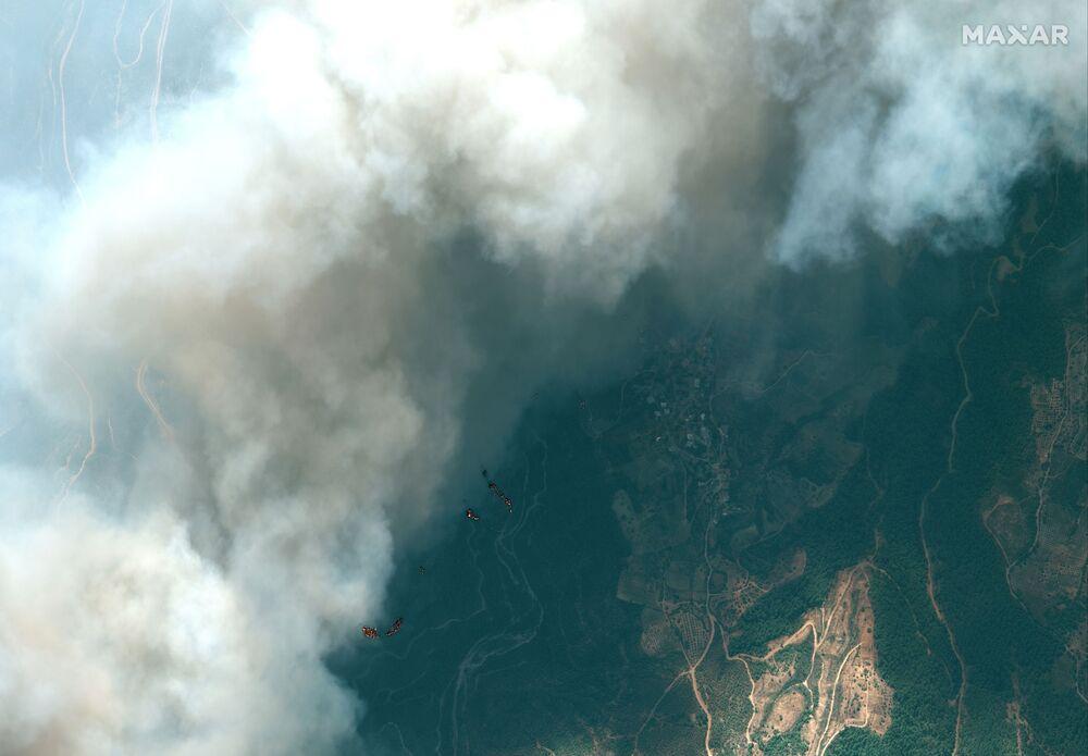 تُظهر صورة الأقمار الصناعية حرائق الغابات في بلدة أونال كيرتاسي، تركيا في 29 يوليو 2021