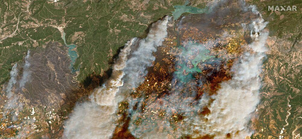 تُظهر صورة الأقمار الصناعية حرائق الغابات بالقرب من أويمابينار في منافغات القريبة من مدينة أنطاليا، تركيا في 29 يوليو 2021