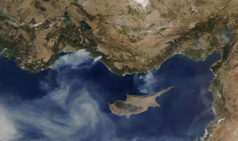 تُظهر صورة الأقمار الصناعية حرائق الغابات الممتدة على طول الساحل الجنوبي لتركيا في 30 يوليو 2021