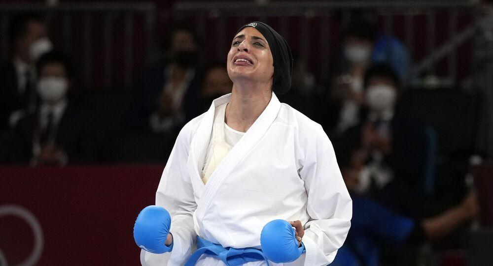 لاعبة الكاراتيه المصرية، فريال أشرف، لحظة فوزها التاريخي في أولمبياد طوكيو بأول ذهبية نسائية عبر تاريخ مشاركات بلادها في الأولمبياد، 7 أغسطس/ آب 2021