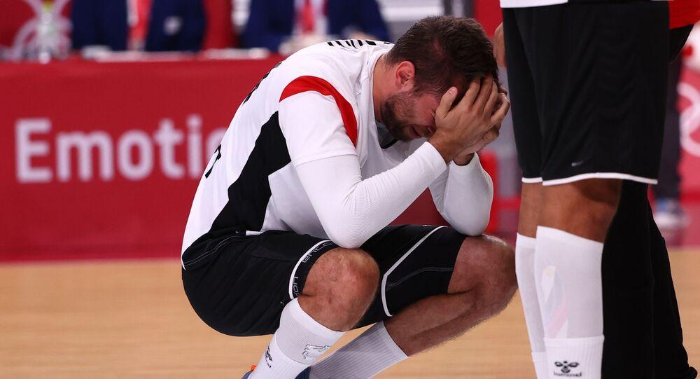 لاعب المنتخب المصري لكرة اليد يحبس دموعه أثناء حديث عن الخروج من أولمبياد طوكيو 2020