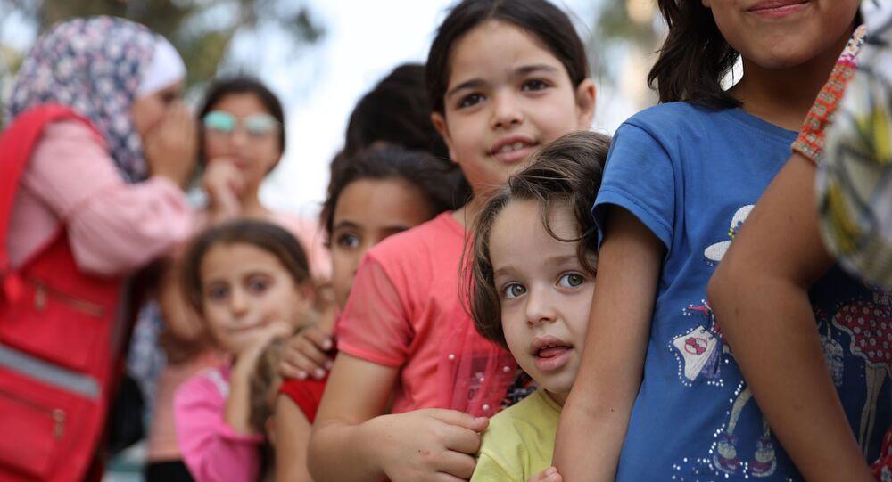 خروج المواطنين من حي درعا البلد في سوريا بعد سيطرة مجموعات مسلحة عليه