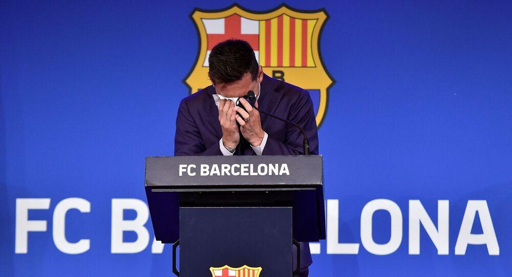 بكاء مهاجم برشلونة الأرجنتيني ليونيل ميسي خلال مؤتمر صحفي في ملعب كامب نو في برشلونة في 8 أغسطس 2021
