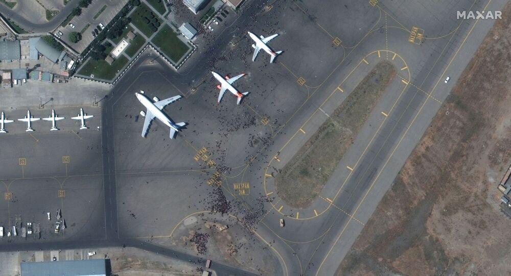 صورة من الأقمار الصناعية لحشد على مدرج مطار كابول