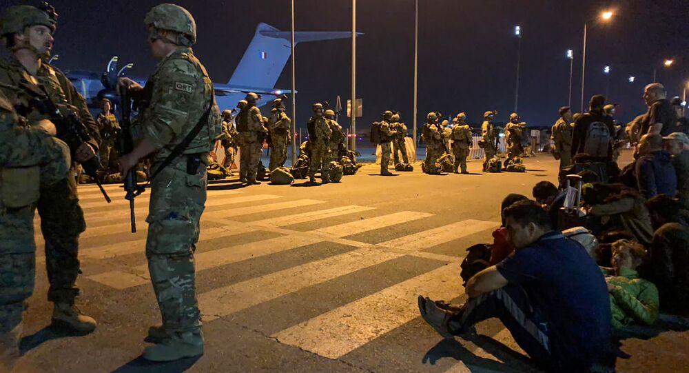 جنود من الجيش الفرنسي في مطار كابول