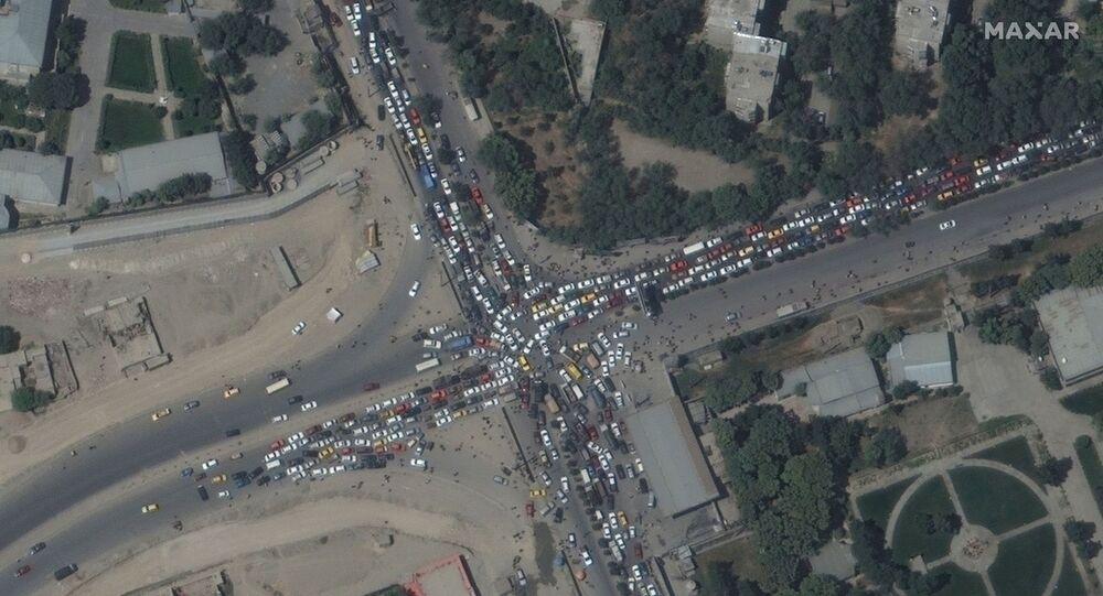 ازدحام مروري وحشود من الناس في مطار كابول
