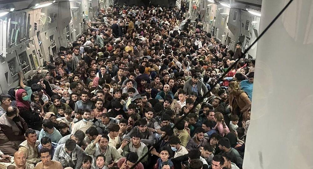 الأفغان الفارين من كابول على متن طائرة أمريكية طراز سي 17 غلوب ماستر متجهة إلى قاعدة العديد الجوية في قطر