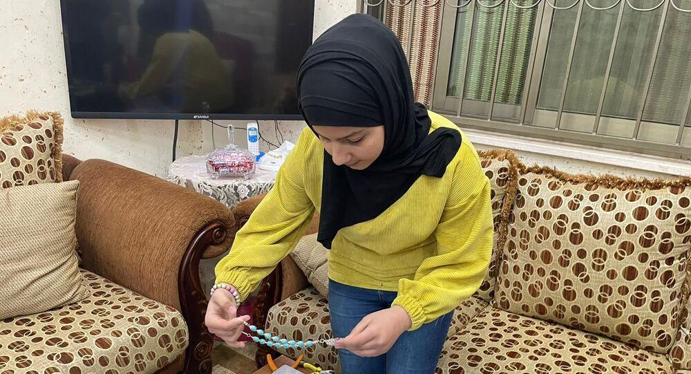 الطفلة رزان الناصر تبدع في صناعة المشغولات اليدوية والإكسسوارات
