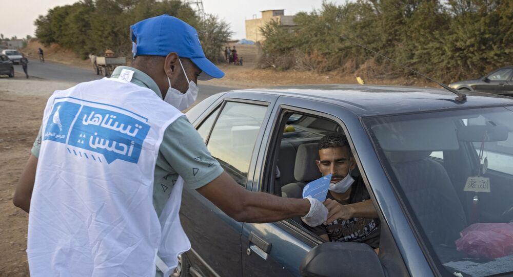 متطوع في حزب التجمع الوطني للأحرار يوزع دعاية انتخابية - المغرب