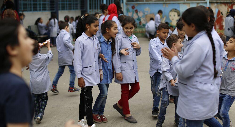 تلاميذ، لاجئون فلسطينيون من سوريا، في ساحة مدرسة جفنة الابتدائية التابعة لمنظمة الأونروا في البقاع، لبنان، 22 مايو 2018