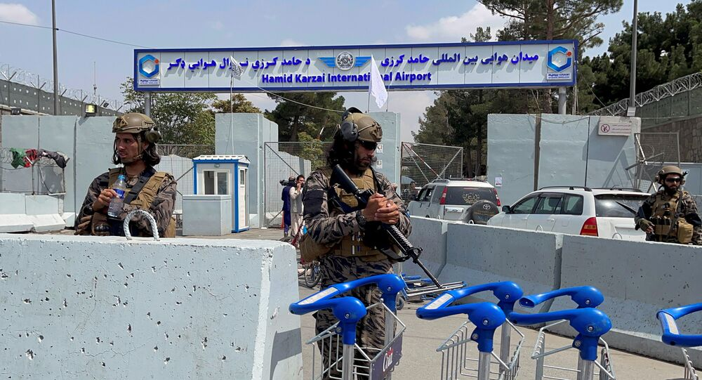 عناصر حركة طالبان تسيطر على مدخل مطار حامد كرزاي الدولي في كابول، أفغانستان 31 أغسطس 2021