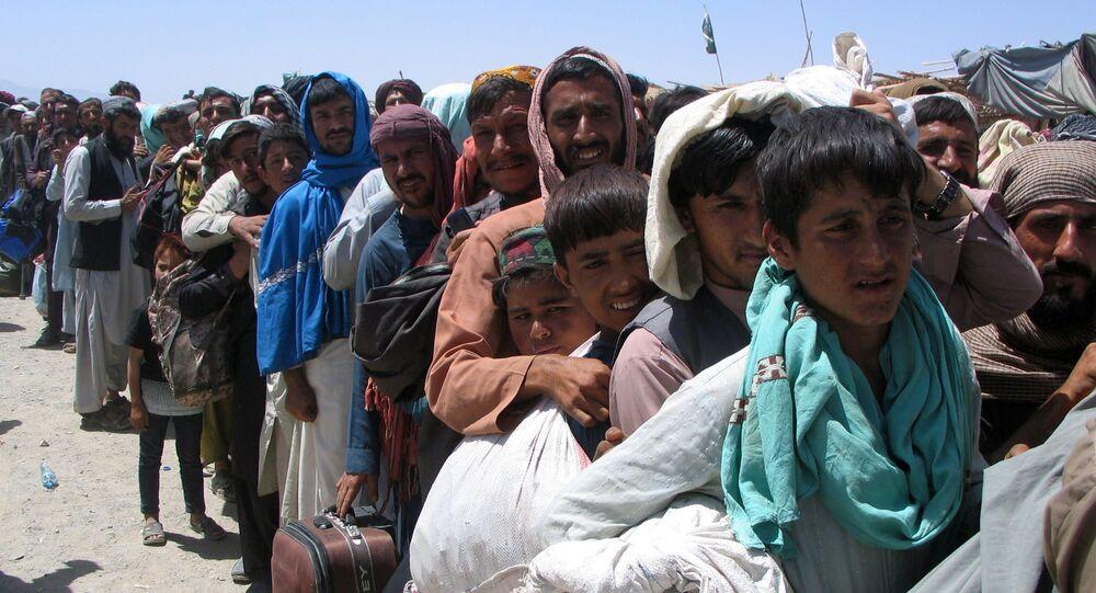 الناس يقفون في طابور انتظار للعبور إلى أفغانستان، عند نقطة عبور بوابة الصداقة في بلدة شامان الحدودية الباكستانية الأفغانية، باكستان، 13 أغسطس 2021