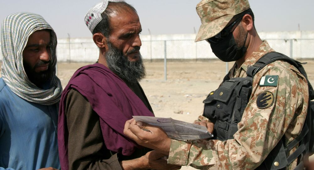 جندي باكستاني يتحقق من وثائق الأشخاص القادمين من أفغانستان عند نقطة عبور بوابة الصداقة في بلدة شامان الحدودية بين باكستان وأفغانستان، باكستان، 27 أغسطس 2021