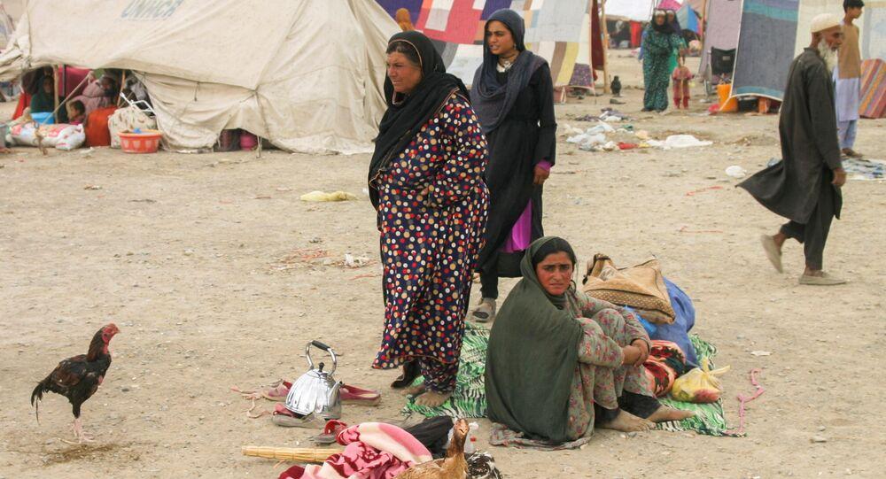 عائلة تصل من أفغانستان مع متعلقاتها للاحتماء بالقرب من محطة سكة حديد في شامان، باكستان، 1 سبتمبر 2021