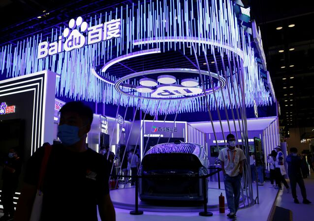 زوار يسيرون بجوار سيارة Apollo في المهرجان الاقتصادي الصيني الدولي CIFTIS 2021 في بكين، الصين 4 سبتمبر 2021