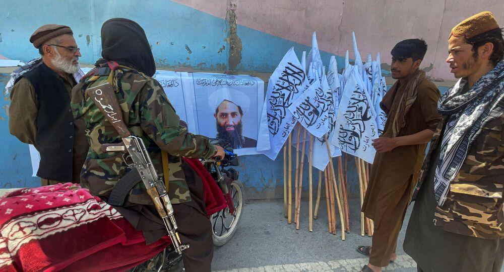 صورة لزعيم حركة طالبان الجديد هبة الله أخوند زاده في كابول، أفغانستان 25 أغسطس 2021