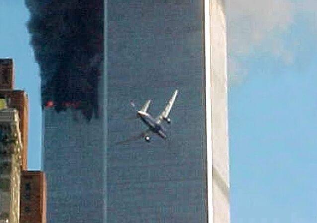 لحظة اصطدام طائرة بأحد برجي التوأم المركز التجاري في مدينة نيويورك، الولايات المتحدة الأمريكية 11 سبتمبر 2021