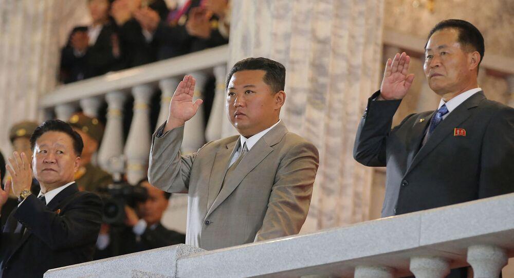 صورة نشرتها وكالة الأنباء المركزية الكورية الرسمية، وتظهر الزعيم الكوري الشمالي كيم جونغ أون يشارك في عرض عسكري للاحتفال بالذكرى الـ 73 لتأسيسها في بيونغ يانغ، 9 سبتمبر/ أيلول 2021