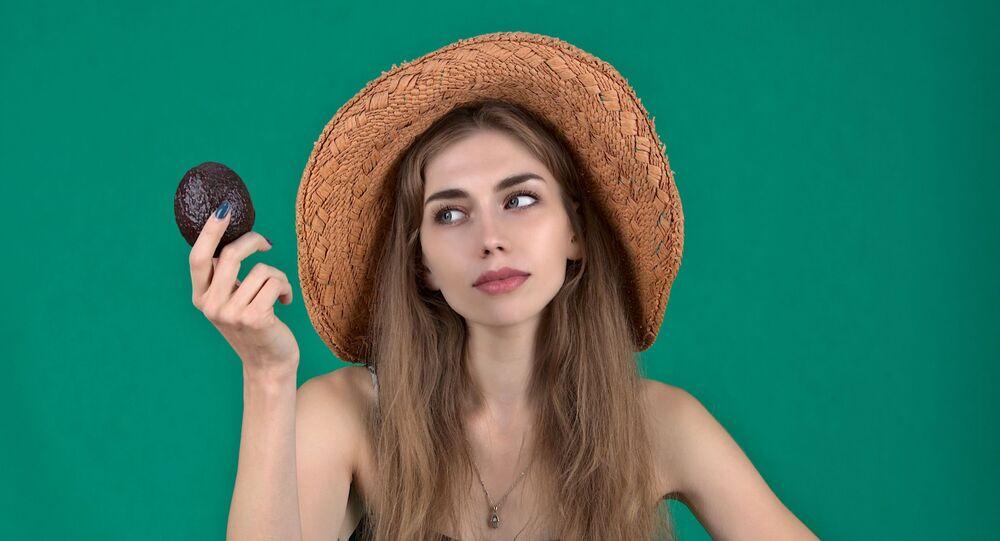 فتاة شابة تتناول الفواكه