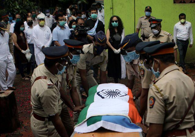 أفراد الشرطة يحملون نعش طيار الطائرة الهندية المتحطمة